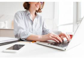 在便携式计算机上的深色的妇女键入电子邮件_7727440