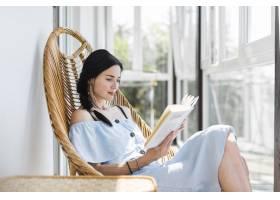 美丽的少妇坐椅子阅读书_3279924