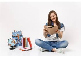 牛仔布的年轻偶然微笑的妇女学生拿着书读书_16459457