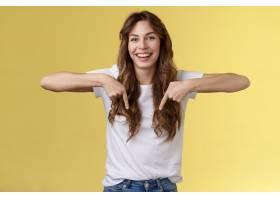 快乐的热闹幸福有趣的女孩长长的美丽头发指_16794742