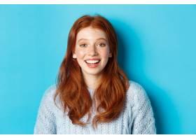 愉快的红头发人女孩特写镜头毛线衣的看与_16786552