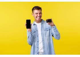 技术生活方式和广告概念显示信用卡和手_17121750