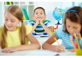 有朋友的愉快的小男孩学习_857637图片