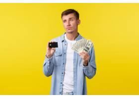 显示信用卡和金钱的体贴的严肃的白肤金发的_17123008