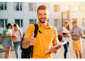 显示赞许的年轻可爱的微笑的学生户外在校园_2583695图片