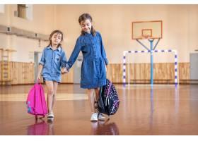 有背包的小女孩在空的学校健身房_17327230