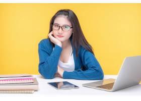 学习在与便携式计算机和笔记本的桌上的一个_11993729