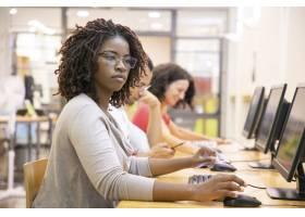 工作在计算机类的黑妇女成人学生_5889248