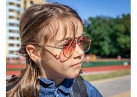 小女孩太阳镜的小学生室外特写镜头_17327198
