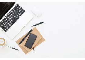 工作区办公桌创造性的平的位置设计有膝上型_14777895