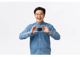 兴奋的微笑亚洲人推出新的银行产品推荐服务_16781020
