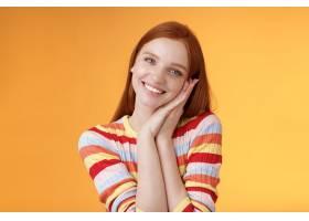 可爱的年轻浮动红头发人欧洲女孩微笑广泛激_16780739