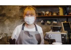 画象年轻亚洲女孩女服务员穿戴医疗面罩感觉_15116367