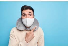 情绪惊人的成年人在冠状病毒爆发期间穿着防_15224562