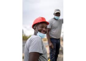 在工作时戴着头盔和面部面具的美国黑人建筑_15522320