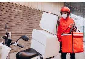 驾驶有箱子的食物送货员滑行车用食物和戴面_15038109
