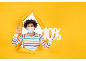 正面图在拿着在黄色照片健康covid冠状病毒_16385208