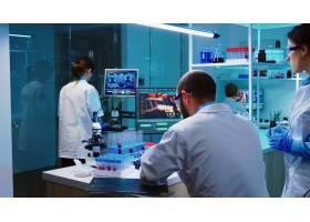 科学家在夜间分析测试结果的化学现代化实验_15785988