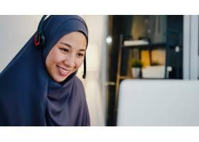 穆斯林夫人穿戴耳机手表网络研讨会听在线课_15113098