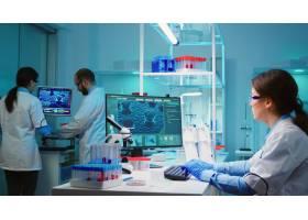 坐在科学的设备的化学家护士检查使用高科技_15785392