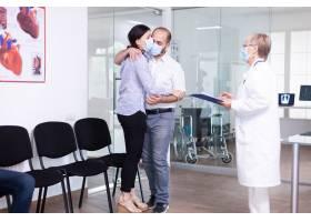 失望的年轻夫妇在医生在冠心病爆发期间不利_16656432