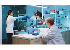 护士拿着有科学信息的片剂计算机当化学家_15786143