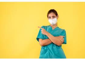医疗衬衣和面具的正面图女性医生在黄色背景_13884318