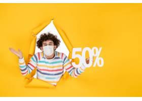 在举行在黄色购物健康大流行covid的面具的_16384841
