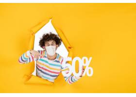 在举行在黄色购物健康大流行的covid病毒照_16384891