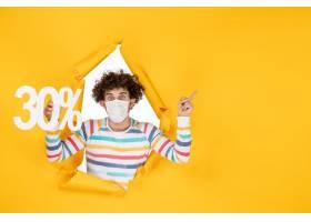 在举行在黄色颜色病毒健康covid的面具的前_16384662