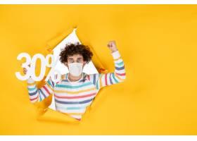 在拿着在黄色大流行颜色购物健康covid照片_16384687