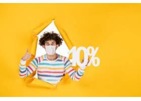 在拿着在黄色照片健康covid coronavirus人_16385275