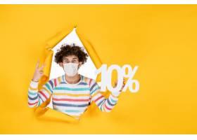 在拿着在黄色照片健康covid coronavirus人_16387034