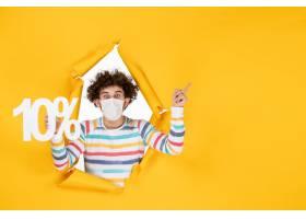 在拿着在黄色照片健康covid coronavirus大_16385237