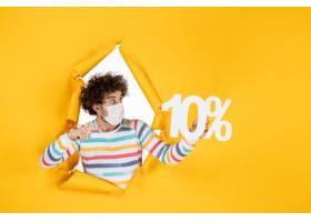 在拿着在黄色照片健康covid冠状病毒大流行_16387039