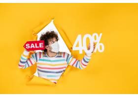 在拿着在黄色购物健康大流行的covid病毒照_16384757