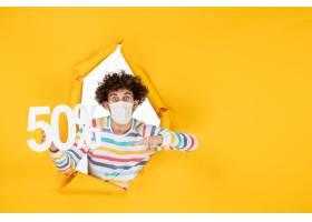 在拿着在黄色购物健康大流行的covid病毒照_16384907
