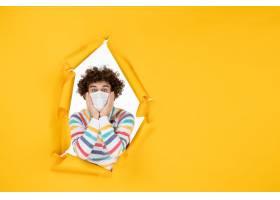 前视图年轻男性在无菌面具在黄色健康颜色照_16387292
