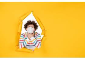 前视图年轻男性在无菌面具栖息在黄色颜色照_16385190