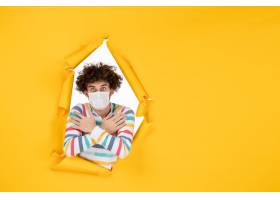 前视图年轻男性在黄色健康颜色照片covid大_16387304