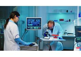 使用显微镜的科学家研究员在实验室当采取_15786121