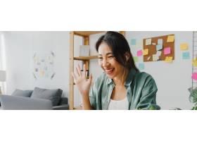 使用膝上型计算机的亚洲女实业家谈论与关于_15114644