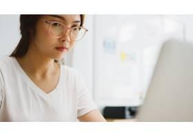 使用膝上型计算机的亚洲女实业家谈话与关于_15113124
