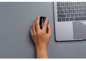 妇女在家用一台膝上型计算机工作并且在她的_14445941