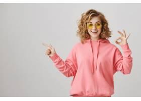 惊讶的快乐女孩指向左推荐产品广告让好_9798885