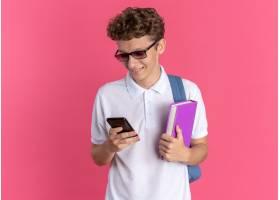 戴着玻璃的学生人戴眼镜的拿着笔记本和智能_17055065