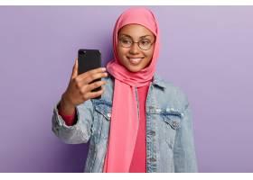 拥有快乐的表达的阿拉伯少妇佩戴圆形眼镜_11632250