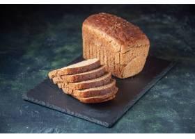 黑面包顶视图在黑木盘子的切片在蓝色颜色困_17247466