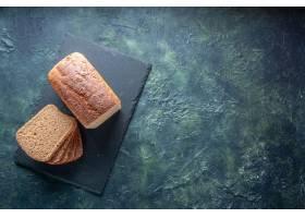 黑面包顶视图在黑木盘子的切片在蓝色颜色困_17247482