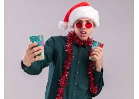 戴着圣诞老人帽子和玻璃的懊恼年轻白肤金发_15198449